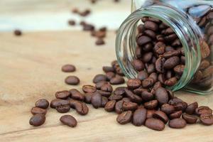 grãos de café em jarra de vidro foto