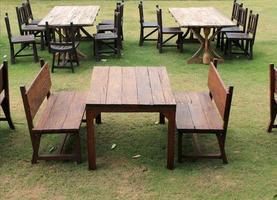 mesa e cadeiras de madeira ao ar livre