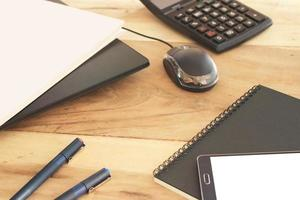mesa de trabalho bagunçada foto