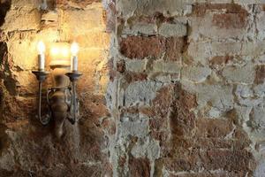 lâmpada na parede de tijolos foto