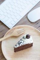 bolo de chocolate e teclado