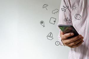 mão segurando smartphone com conceito de ícones