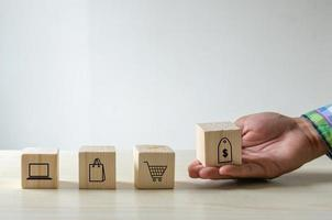 mão com blocos de comércio eletrônico foto