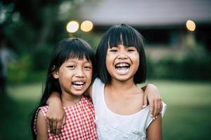duas meninas se divertindo brincando no parque