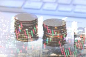 pilha de moedas com sobreposição de gráfico