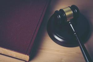 close-up do martelo de um juiz em um fundo de madeira