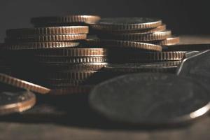 pilhas de moedas isoladas no fundo branco foto