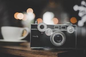 câmera vintage ou retro em uma mesa de madeira em um café foto