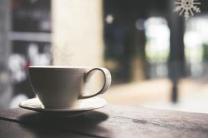 xícara de café com leite quente em tom vintage foto