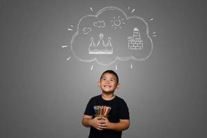 um menino com lápis desenhando um fundo de sonho