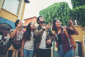 grupo de amigos encontrando-se no centro da cidade