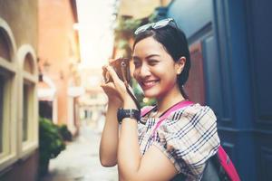 close-up de uma jovem hippie viajando e tirando fotos com a câmera