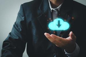 mão de empresário segurando um ícone de download