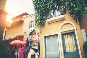retrato de uma jovem hippie viajando e tirando fotos na cidade
