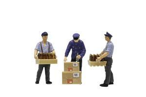 trabalhadores em miniatura dos correios isolados no fundo branco
