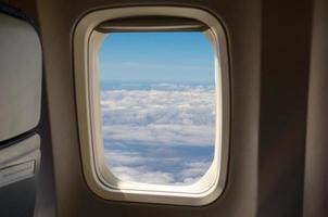 lindo céu azul pela janela de um avião