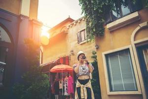 mulher jovem hippie curtindo tirar uma foto em ambiente urbano