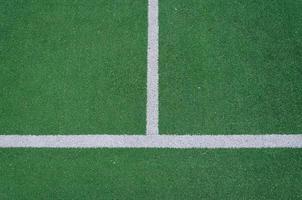 linhas de limite brancas em um campo verde