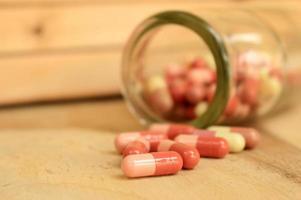 comprimidos e um frasco foto