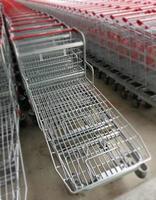 fila de carrinhos de compras