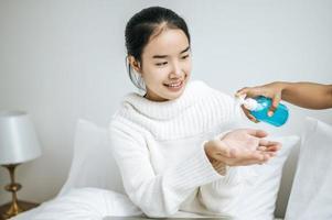 jovem usando gel para lavar as mãos