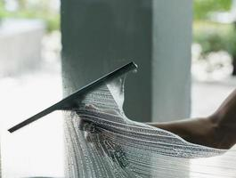 limpeza de janela de pessoa foto