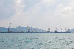 grandes navios de carga no mar foto