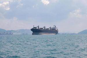 grande navio de carga no mar foto