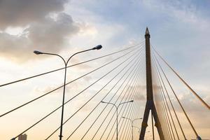 ponte rama viii em bangkok foto