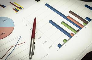 gráfico de negócios e caneta foto