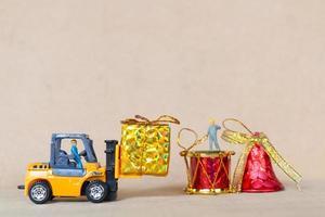 miniaturas de pessoas colocando enfeites de natal foto