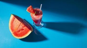 suco de melancia em copo foto