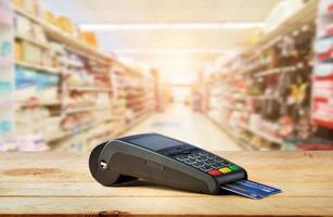 máquina de cartão de crédito na mesa foto