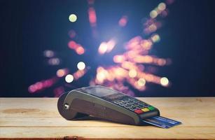 máquina de cartão de crédito com bokeh de fundo foto