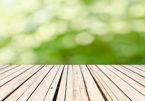 deck de madeira com fundo verde bokeh foto