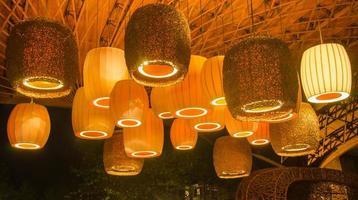 lindas lâmpadas sob o telhado foto