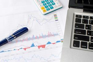 laptop e gráficos de negócios foto