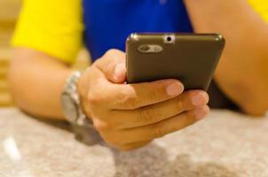 segurando um telefone inteligente foto