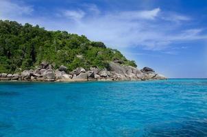 lindo mar azul nas ilhas Similan, Tailândia foto