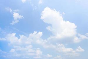 nuvens no céu na primavera foto