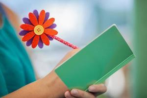 caneta colorida com flor