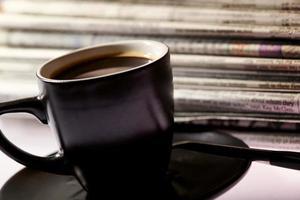 xícara de café e jornais