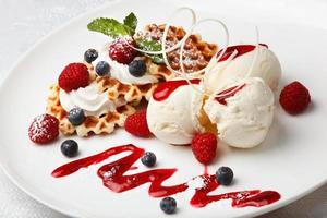 sorvete de baunilha e waffles com frutas frescas foto