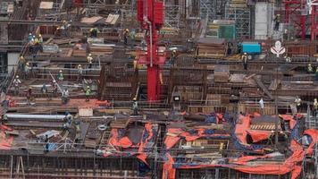 Kuala Lumpur, Malásia, 2020 - pessoas em um canteiro de obras