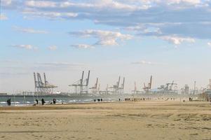 valência, espanha, 2020 - praia de valência e porto industrial foto