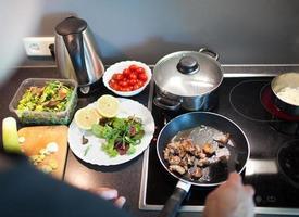 cozinhando saboroso jantar em família em casa foto