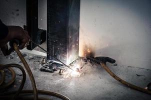 soldador trabalhando em ferro