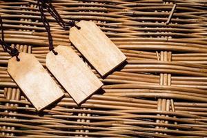 etiquetas de madeira em uma cesta de tecido