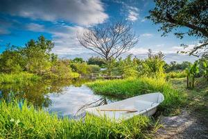 pequeno barco perto de um lago