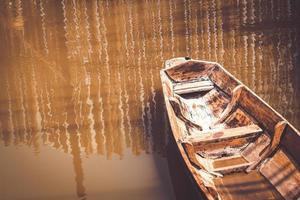 velho barco de madeira no lago